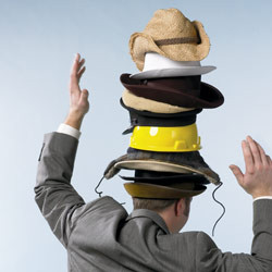 saksbehandler med alt for mang hatter